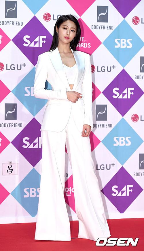 Với kinh nghiệm làm người mẫu quảng cáo cho các nhãn hàng, Seol Hyun luôn tự tin trước ống kính.