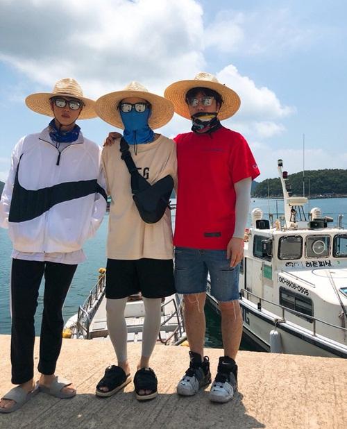 Jin (trái), Suga (giữa) che chắn kín mít đi chơi với Lee Hyun - ca sĩ cùng công ty Big Hit.