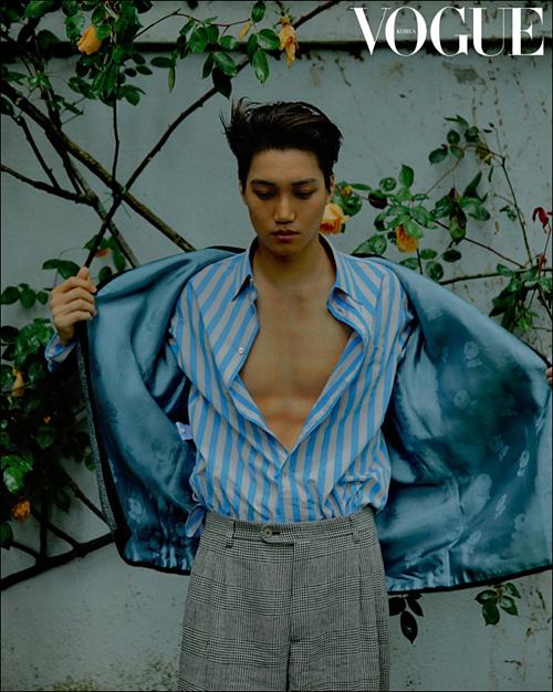 Kai (EXO) thể hiện thần thái bí ẩn với phong cách thời trang táo bạo.