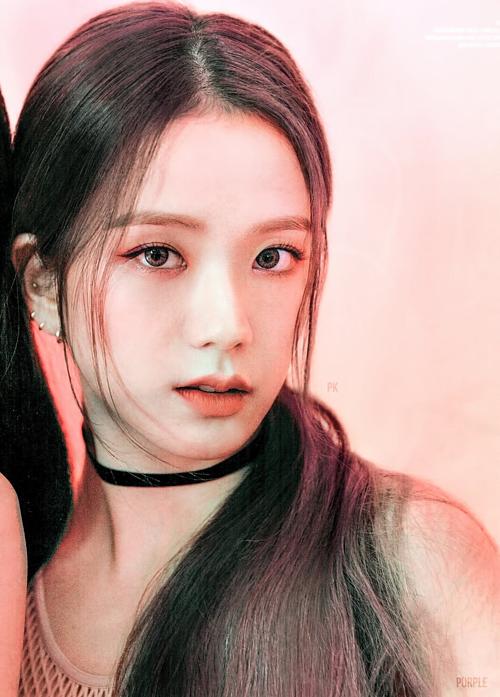 Trong các thành viên, Ji Soo gây ấn tượng bởi khoảnh khắc pose hình cận cảnh, khoe nhan sắc xinh đẹp.
