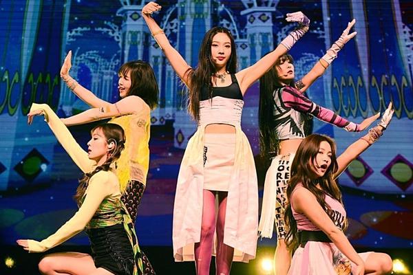 Thời trang của Red Velvet bị chê vì có thiết kế khó hiểu, màu sắc lòe loẹt.