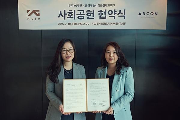Bà Hwang Bo Kyung (trái) tại một sự kiện năm 2015.