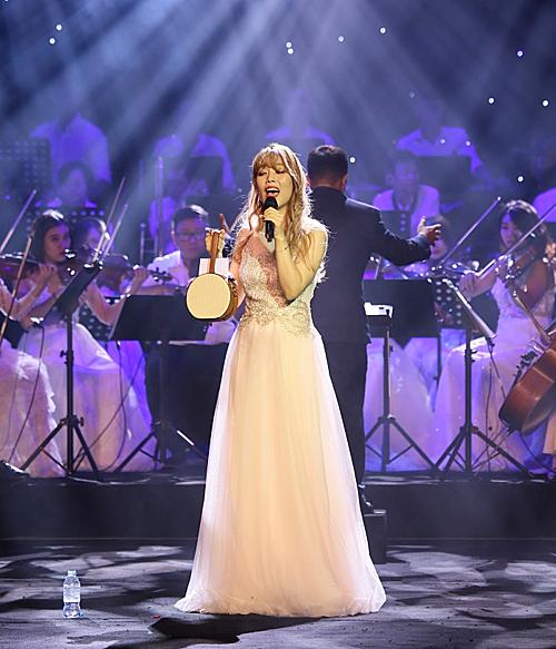 So Hyang biểu diễn cùng dàn nhạcMaius Phiharmonic hồi tháng 9/2018 tại Việt Nam.