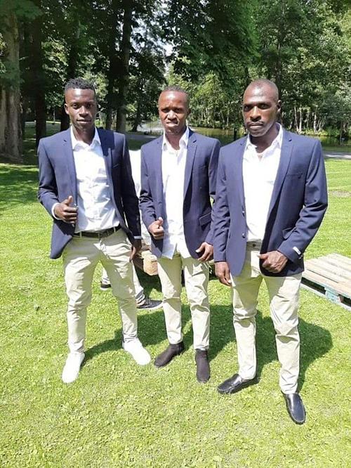 Joash Onyango (phải) đã cạo râu.