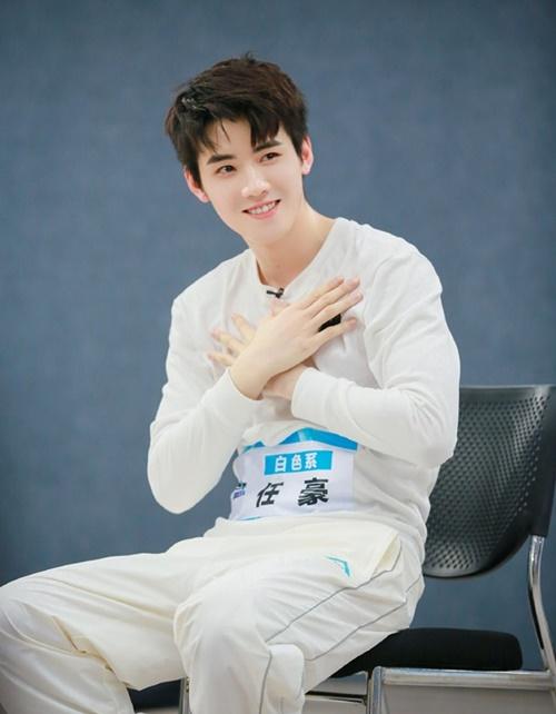 Nhậm Hào sinh năm 1995 nhưng có khuôn mặt baby, trẻ hơn tuổi thật. Anh chàng là thành viên của nhóm ZERO - G trước khi tham gia vào show tuyển chọn.