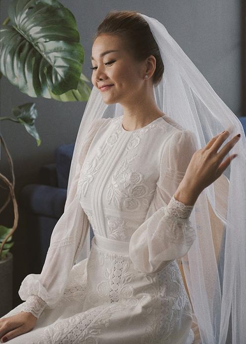 Thanh Hằng e ấp trong bộ váy cưới.