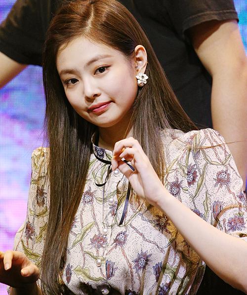 Chiếc đầm hoa thoạt nhìn tưởng chừng khó mặc nhưng nữ idol sinh năm 1996 diện vẫn được fan khen như thường.