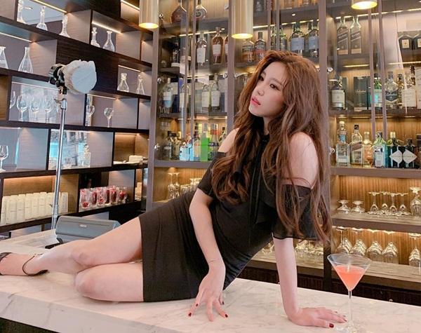 Jun Hyo Sung, cựu thành viên Secret, ngồi hẳn lên mặt quầy bar tạo dáng quyến rũ.
