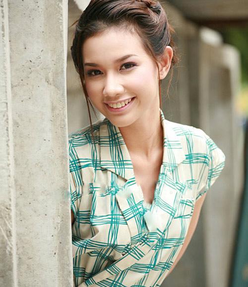 Quỳnh ChiQuỳnh Chi là hot girl nổi tiếng của Sài thành. Nhờ ngoại hình xinh đẹp, Quỳnh Chi thời điểm 2010 từng phủ sóng các tờ báo dành cho lứa tuổi teen. Năm 2012, cô lên xe hoa cùng thiếu gia Văn Chương. Không lâu sau đó, cô hạ sinh con trai đầu lòng, đặt tên là Gia Phúc.