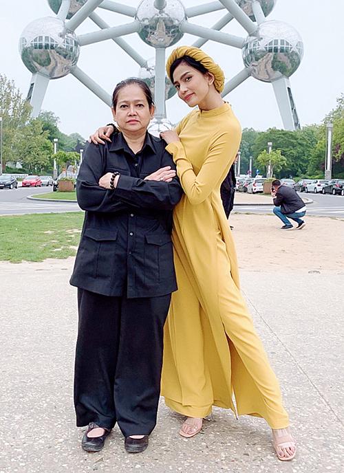 Mẹ Trương Thị May đồng hành cùng con gái trong mọi chuyến công tác.