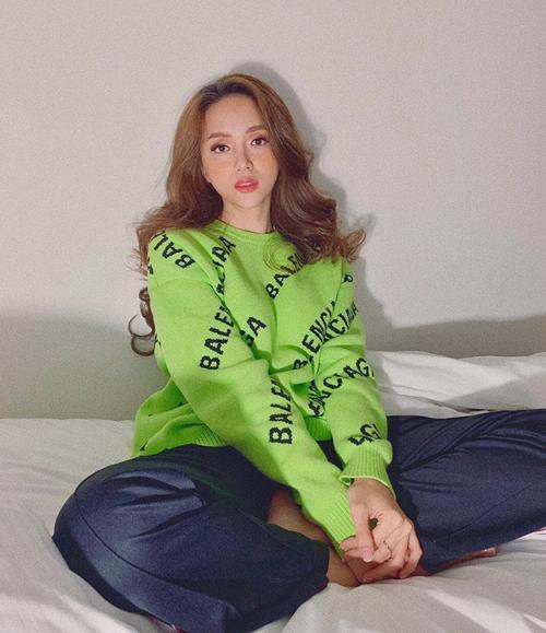 Giữa mùa hè, Hương Giang không ngại diện áo len ấm áp.