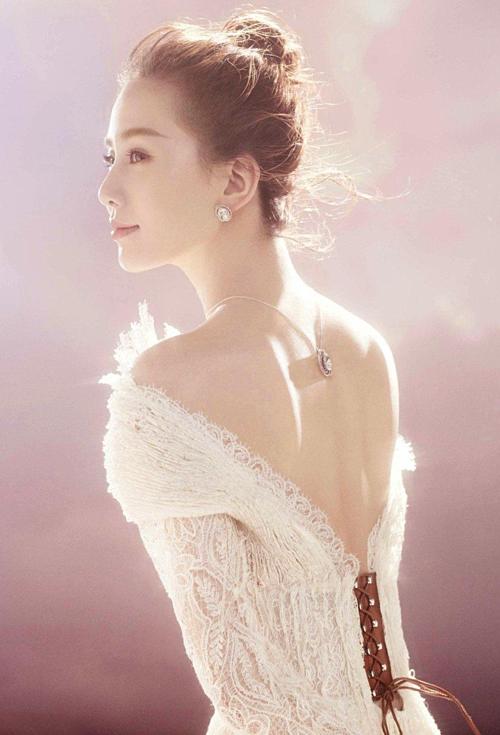 Lưu Thi Thi học ballet từ nhỏ nên có vóc dáng mềm mại, thanh mảnh, luôn toát lên khí chất thanh lịch. Bờ vai của cô cũng nhận nhiều lời khen từ người hâm mộ.