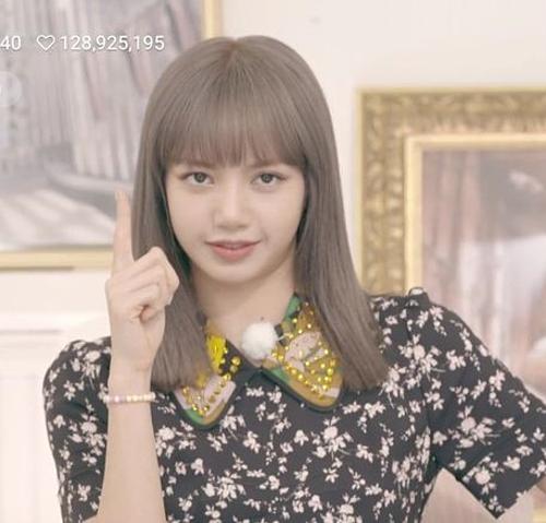 Gắn liền với phong cách ăn mặc cool ngầu nhưng Lisa cũng có lúc khoác lên mình bộ cánh hoa hòe giá chưa đến 700k. Nếu người khác diện có thể trông lỗi mốt thì với Lisa, đầm dù sến đến đâu vẫn không làm thần thái sa sút.