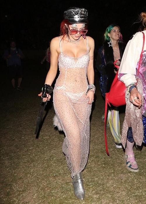 Nhiều trang phục của cô nàng bị chê mặc như không vì hở hang quá lố.