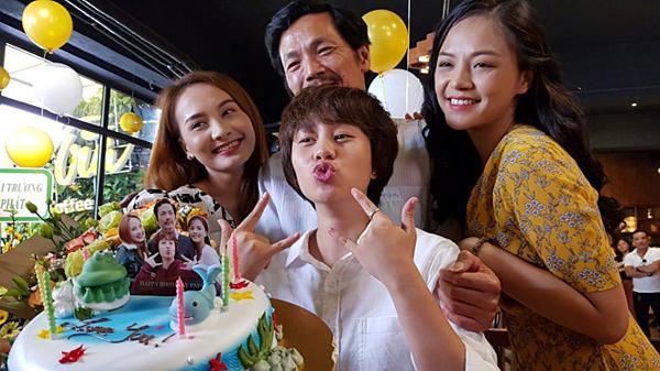 Trung Anh cùng ba cô con gái trong phim.