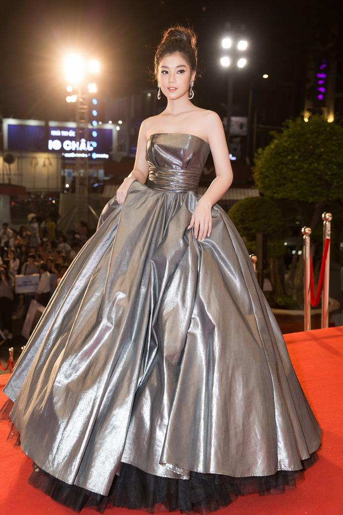 <p> Tham dự một sự kiện tối 22/6, Hoàng Yến Chibi gây chú ý với sự lột xác về hình ảnh. Diện chiếc váy cup ngực, cô gái sinh năm 1995 tự tin khoe vai trần quyến rũ. Ánh bạc càng tôn lên làn da trắng sáng của nữ diễn viên.</p>