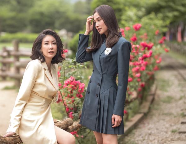 Trong chuyến đi công tác tại Hàn Quốc, Hoa hậu Hà Kiều Anh tranh thủ khám phá xứ sở kim chi cùng cô bạn thân Dương Mỹ Linh. Hai người đẹp rủ nhau diện style thanh lịch đi chơi đảo Nami.