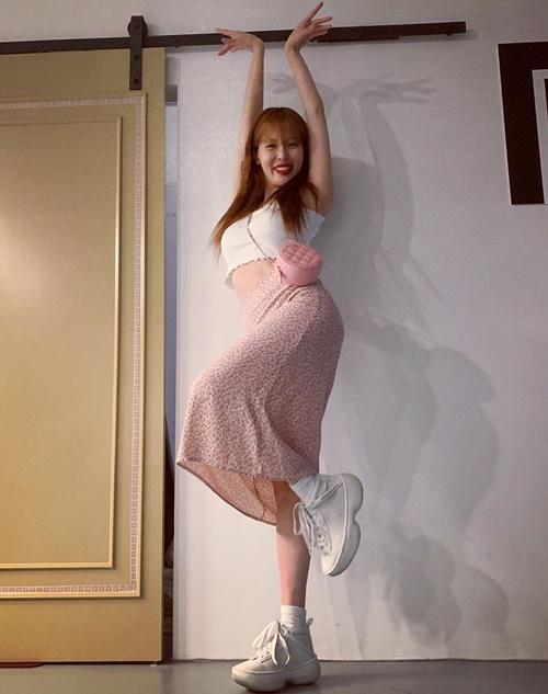 Hyuna khoe eo thon, nhí nhảnh pose dáng với style ngọt ngào.