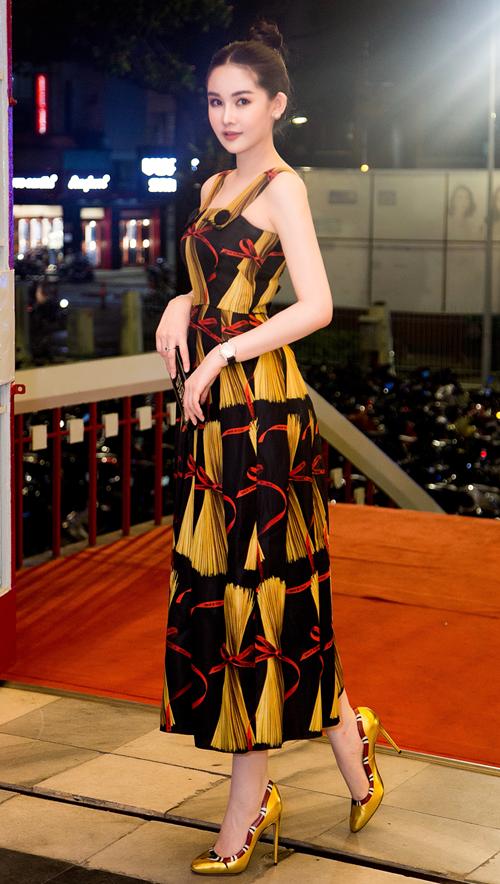 Trên thảm đỏ, mỹ nhân sinh năm 1995 gây ấn tượng với set đồ xa xỉ. Cô diện bộ đầm của Dolce & Gabbana có giá hơn 80 triệu đồng cùng giày Gucci 22 triệu đồng và đồng hồ Chopard có giá hơn 500 triệu đồng. Tổng giá trị set đồ Ngân Anh hơn 600 triệu đồng.