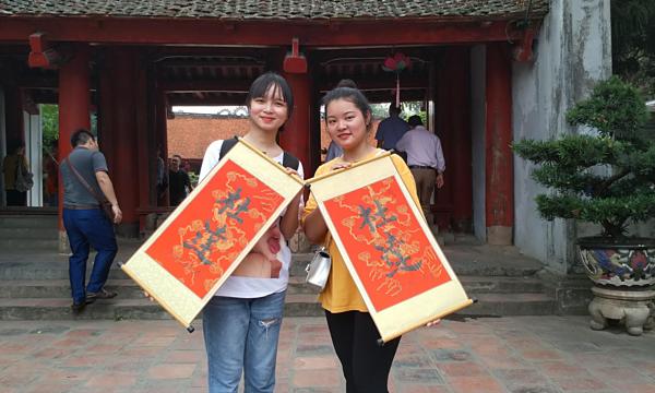 Nguyễn Hằng (bên phải) và bạn cùng lớp đến Văn miếu trước kỳ thi THPT.