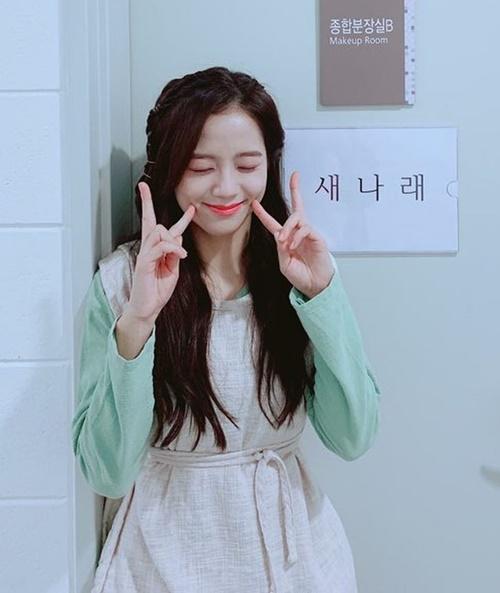 Ji Soo đáng yêu trong hậu trường phim Arthdal Chronicles. Cô nàng vào vai Sae Na Rae, chỉ xuất hiện 11 giây trên phim.