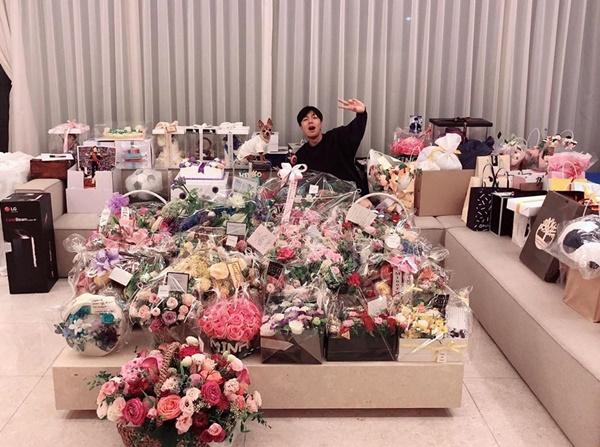 Lee Min Ho ngập trong hoa và quà mừng sinh nhật tuổi 32 từ fan.