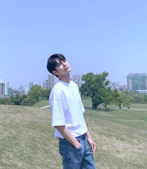 Ong Seong Woo mặc áo trắng khiến các fan say nắng.