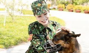 Trà Ngọc Hằng làm chiến sĩ điều khiển chó nghiệp vụ