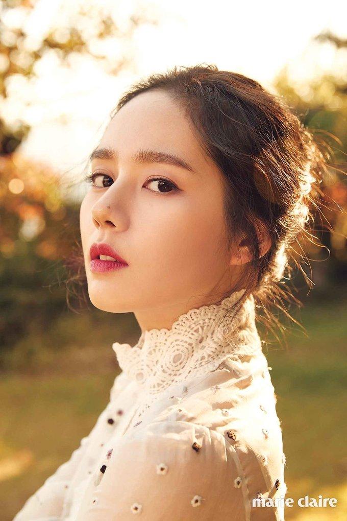 <p> Han Ga In nổi tiếng nhờ ''chiếc mũi vàng'' và tổng thể gương mặt hoàn hảo như một tác phẩm 3D. Cô được ca ngợi là ngôi sao có góc nghiêng thần thánh nổi tiếng nhất Kbiz.Nữ diễn viên có nét đẹp tự nhiên, là nữ thần trong trường học.</p>