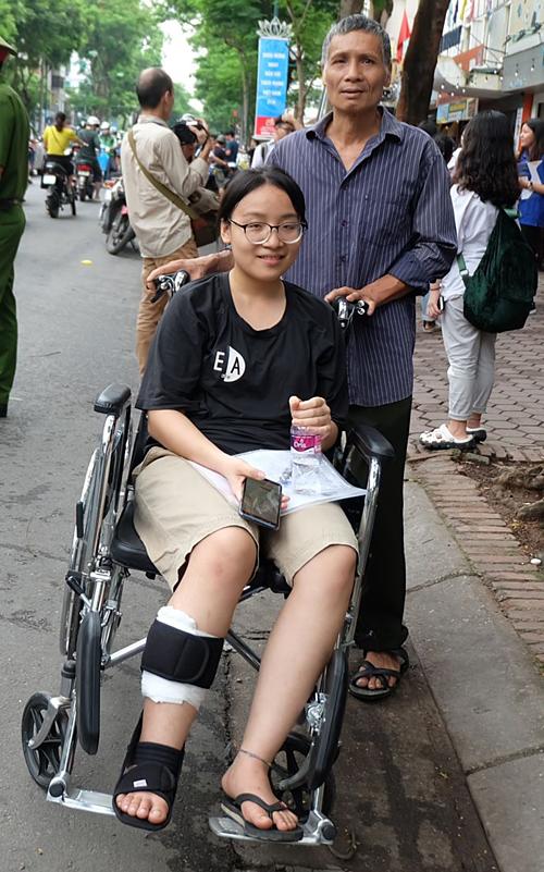 Thúy Hà được bố đưa đến điểm thi THPT Việt Đức để làm thủ tục dự thi.