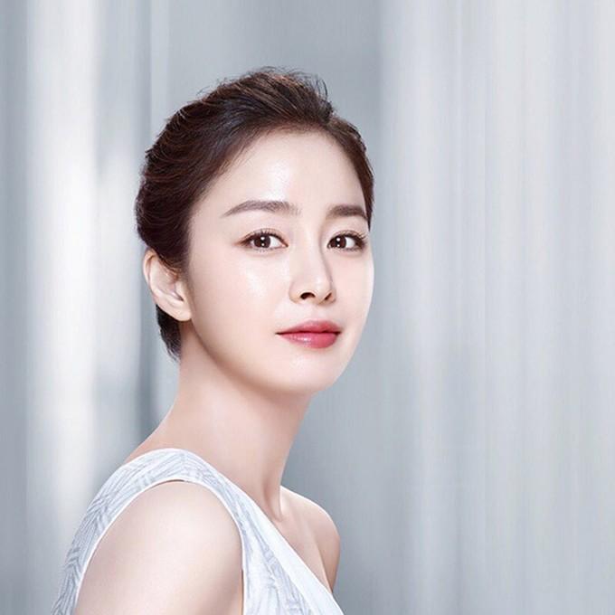 <p> Trong nhiều năm liền, Kim Tae Hee là hình mẫu mà nhiều cô gái mong muốn trở thành khi đến các trung tâm phẫu thuật thẩm mỹ. Nữ diễn viên có khuôn mặt nhỏ, từng bộ phận đều sắc nét, hài hòa. Các cô gái mơ ước sống mũi cao, đôi mắt hai mí long lanh cùng tỉ lệ trán của Kim Tae Hee.</p>