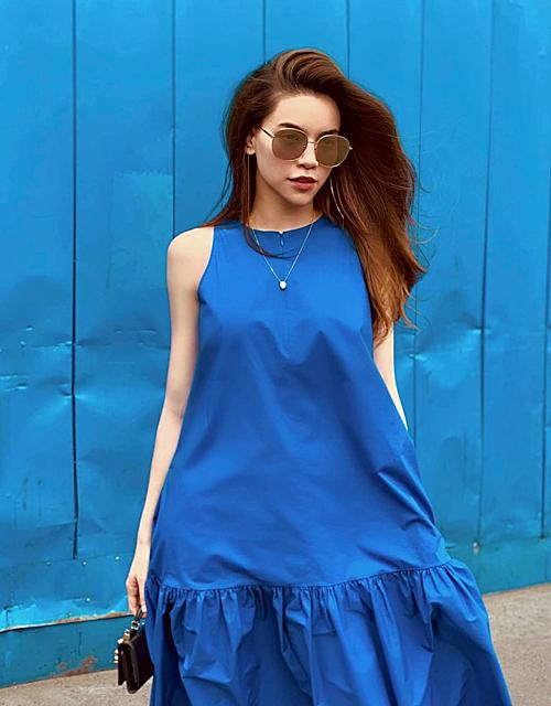 Hà Hồ diện váy xanh rất hợp với khung cảnh xung quanh.