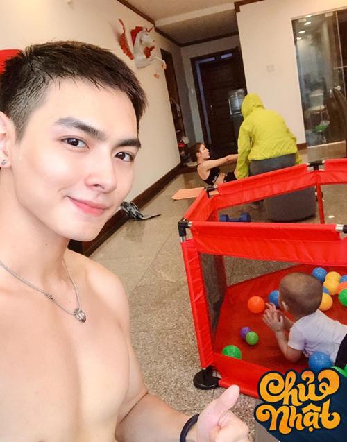 Jay Quân tiết lộ một ngày chủ nhật của gia đình. Trong khi quý tử nằm chơi một mình thì bố và mẹ lại tập gym chăm chỉ.