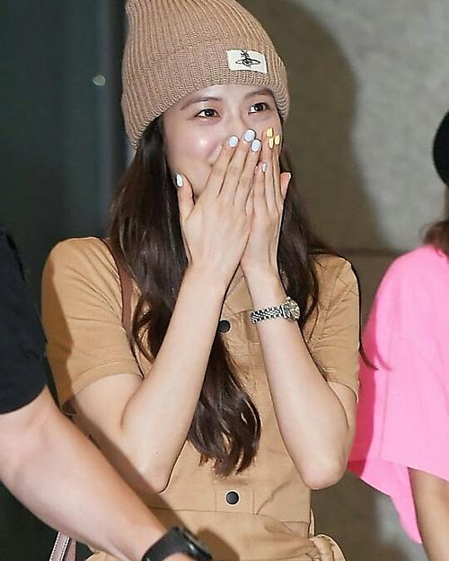 Mới đây, Ji Soo (Black Pink) gây chú ý các fan với đôi bàn tay được tô vẽ cầu kỳ. Tông vàng và xanh nhạt được nữ idol sinh năm 1995 ưu ái.