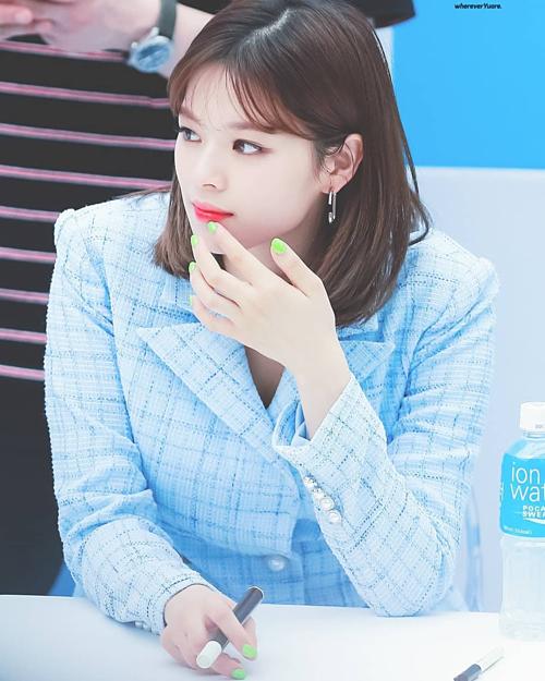 Tương tự Ji Hyo, Jung Yeon cũng lăng xê trào lưu diện móng tay màu dạ quang chói mắt. Mỹ nhân sinh năm 1996 chọn sắc xanh neon tô điểm cho cả đôi bàn tay của mình.