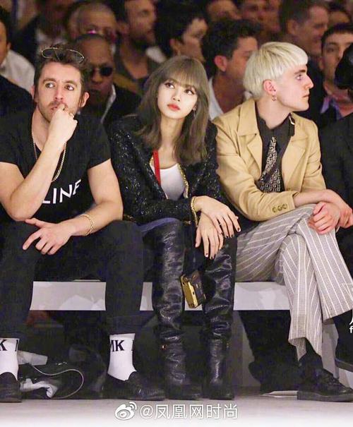 Lisa vừa có mặt ở Pháp để tham dự show của nhà mốt Celine. Đây là thương hiệu gắn bó với em út Black Pink nhiều năm qua, thường xuyên được cô lựa chọn trong trang phục ra sân bay.