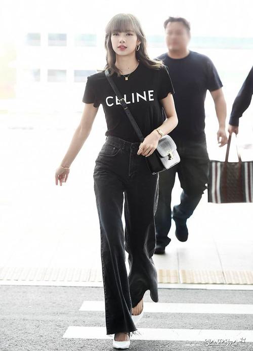 Trước đó, set đồ của nữ idol khi ra sân bay lên đường sang Pháp cũng được đánh giá cao. Diện cả cây đồ đen trắng với kiểu dáng cơ bản, Lisa vẫn chứng minh được thần thái fashionista.