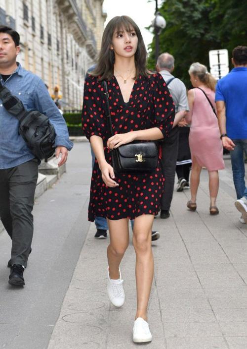 Trang phục trong chuyến dạo phố, ghé thăm boutique của Lisa cũng được đánh giá cao dù trông rất đơn giản.