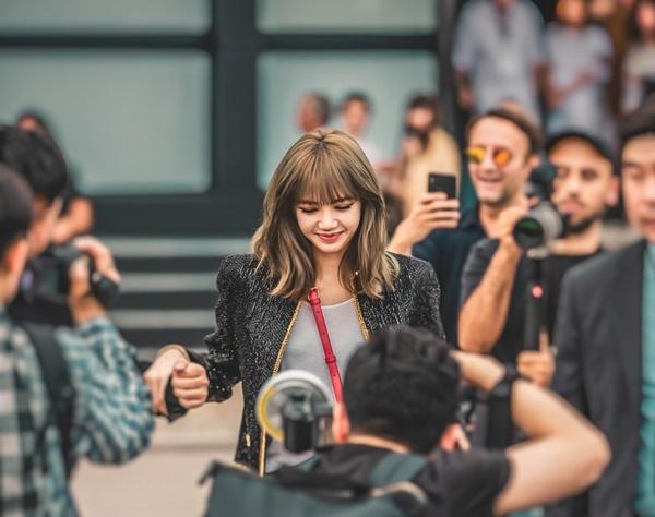 Báo quốc tế bình luận, Lisa chính là nhân vật chiếm spotlight nhất của dàn khách mời Mens Fashion Week tại Paris năm nay.