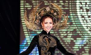 Phan Thị Mơ mặc áo dài dát vàng làm vedette
