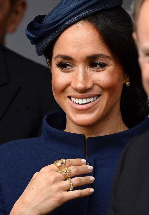 Meghan có sở thích đeo rất nhiều trang sức.