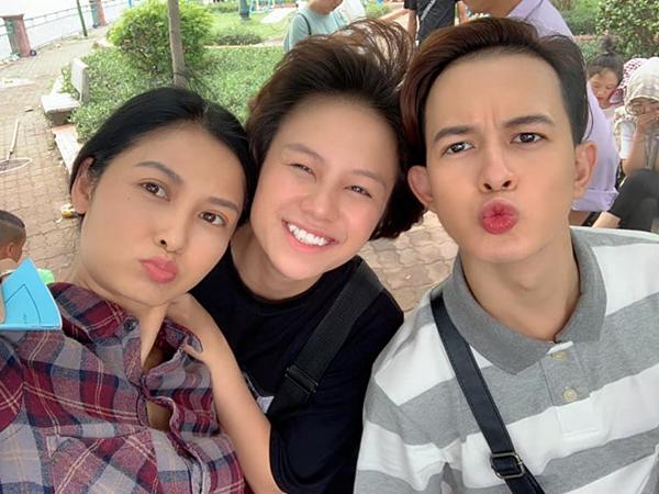 Sau những hình ảnh buồn bã trên phim, Thúy Hà tranh thủ chụp hình với biểu cảm nhí nhảnhcùng hai diễn viên trẻ Bảo Hân và Quang Anh. Ở tuổi 41, nữ diễn viên được nhận xét trẻ trung.