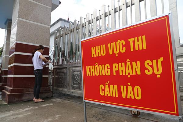 Thí sinh phải đứng ngoài tại điểm thi THPT chuyên Hà Giang do đến muộn. Ảnh: Hữu Dánh.