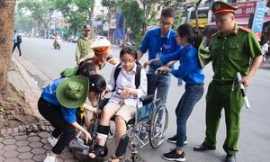 Bị tai nạn, nữ thí sinh ngồi xe lăn đến trường thi