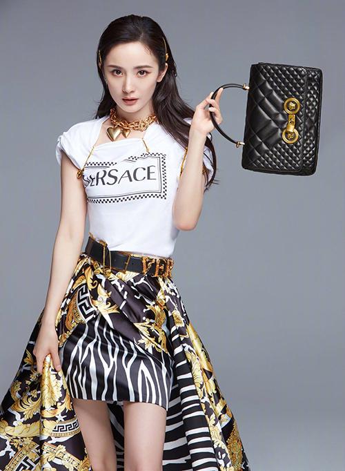 Trên trang Weibo chính thức, Versace vừa thông báo Dương Mịch trở thành gương mặt đại diện của hãng. Đây là sao Trung Quốc đầu tiên được nhận vai trò vinh dự này. Cô ấy rất tự tin, can đảm và chân thật. Cô ấy sẽ truyền đạt được tinh thần độc đáo của Versace với sự thanh lịch, đặc biệt của mình, đại diện Versace chia sẻ.