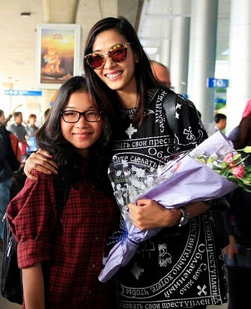 Em gái của Hoàng Thùy tên thật là Hoàng Thị Linh, sinh năm 1995. Không tham gia showbiz nhưng Hoàng Linh vẫn thường xuyên đồng hành, ủng hộ chị gái. Trong một vài lần xuất hiện trước đây, Hoàng Linh trông khá giản dị.