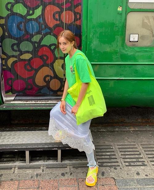 Hyo Min chơi trội với loạt item xanh neon.
