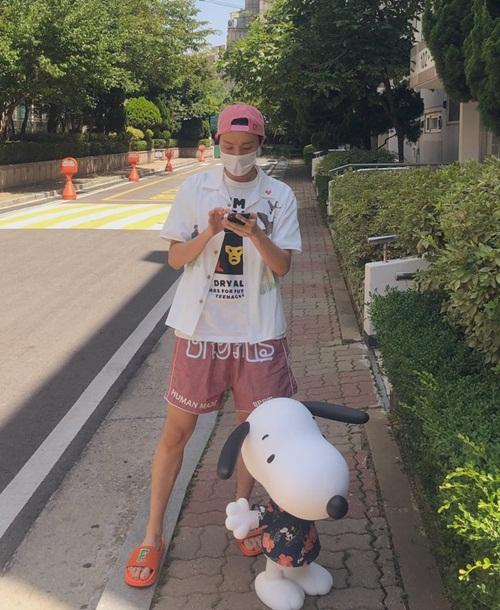 J-Hope đi chơi với quần shorts, dép lê thoải mái.