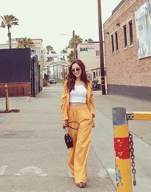 Park Min Young thả dáng quyến rũ trên phố. Nữ diễn viên có thân hình và phong cách hút mắt.