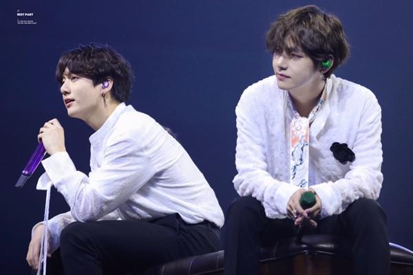Trong buổi fanmeeting tại Seoul cuối tuần qua, hai thành viên V và Jung Kook gây chú ý bởi ngoại hình giống nhau.